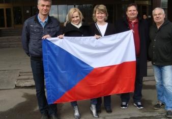 skupina s vlajkou