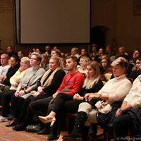 diváci v kapli